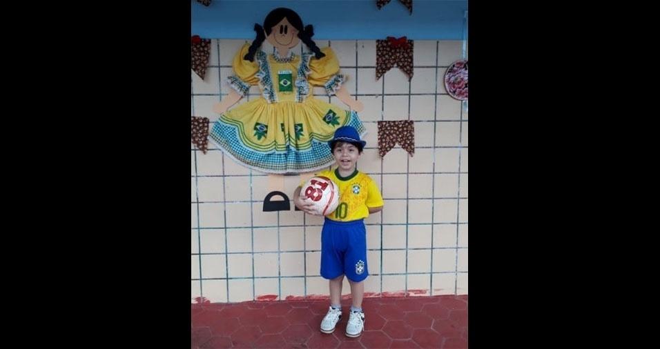 Peterson Barbosa, de Esplanada (BA), pronto para o arraial da escola, em clima de Copa. Quem enviou a foto foi o papai Pedro Barbosa