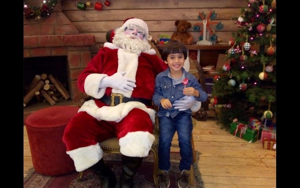 """Valéria Lúcia de Paula, de São Paulo, exibe o filho Carlos, 4 anos, aproveitando a visita ao Papai Noel, e manda recado: """"Feliz Natal a todos!"""""""