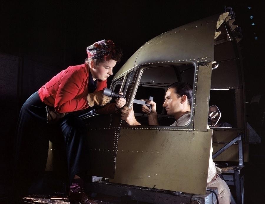 1°.out.2015 - Equipe trabalha no cockpit de um modelo pesado do C-47, transporte da aviação norte-americana
