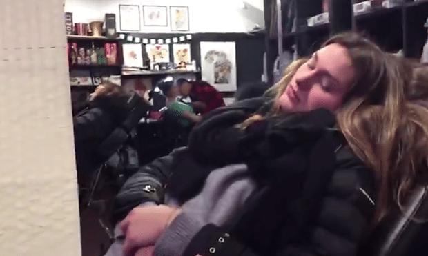 14.mar.2017 - Sasha aparece fazendo tatuagem em Nova York