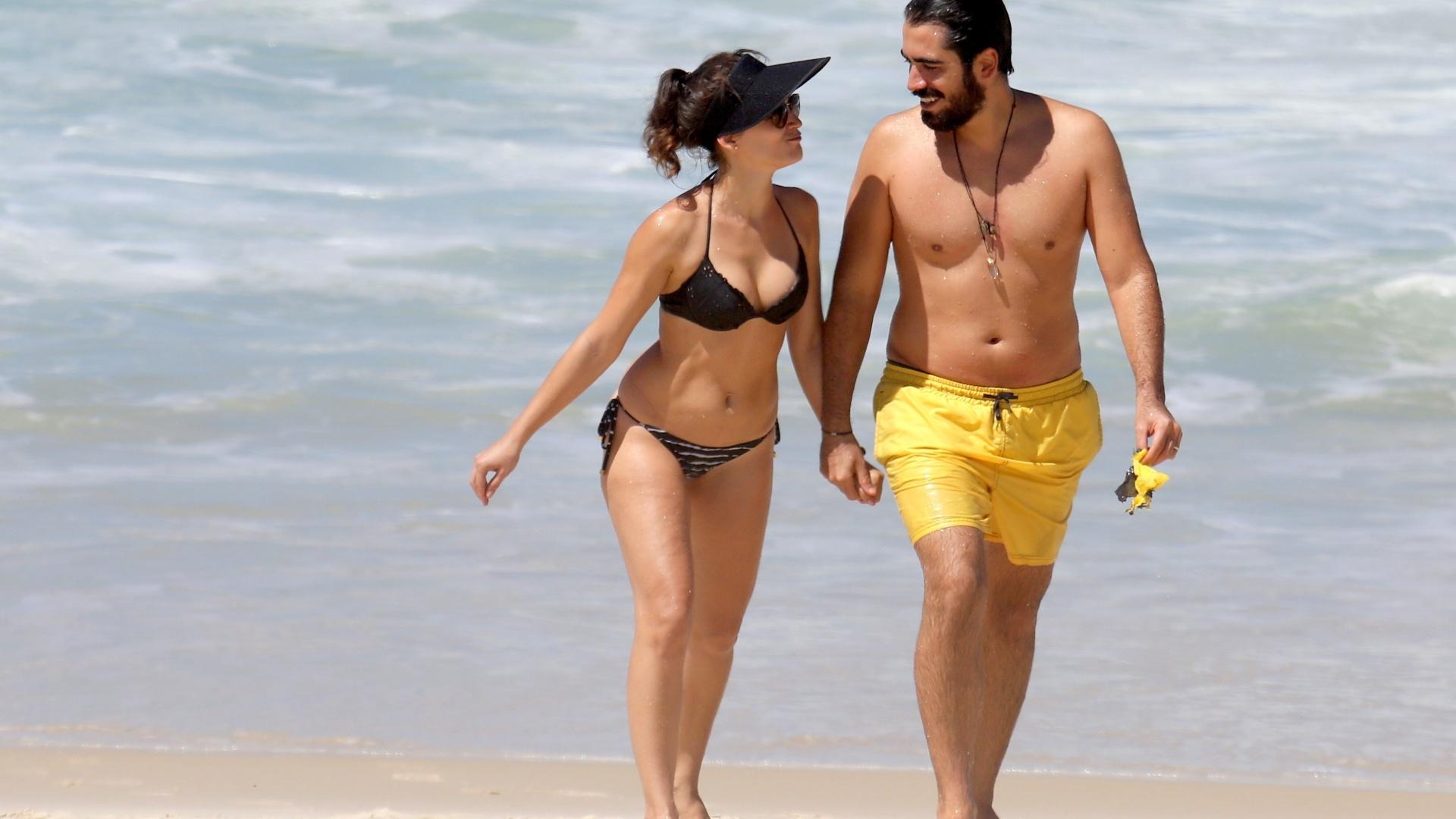 17.mar.2017 - A atriz Bianca Bin foi flagrada aproveitando uma tarde de sol nesta quinta-feira (16) ao lado do marido Pedro Brandão na praia da Barra da Tijuca, no Rio de Janeiro. Após o fim de