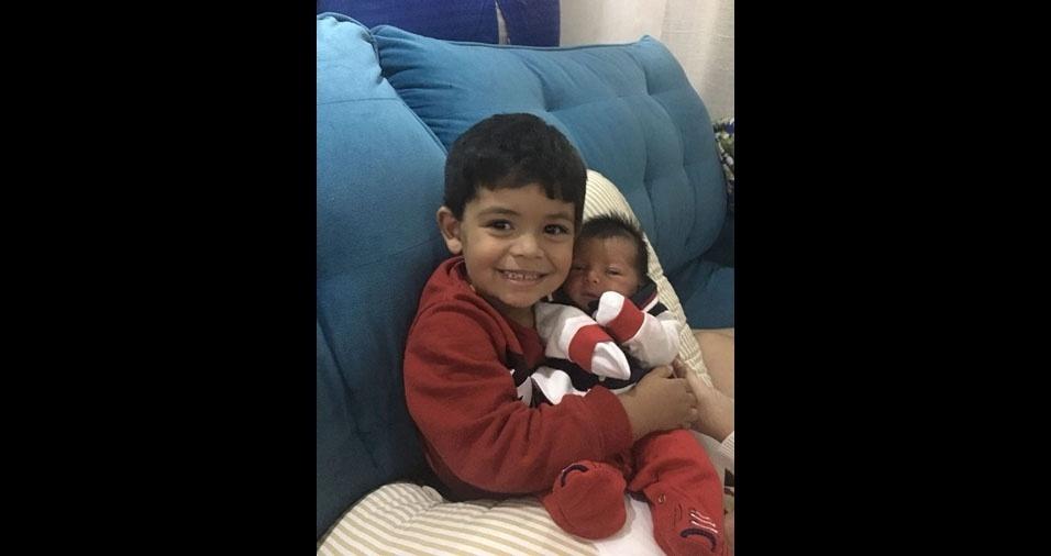 Os irmãos Matheus, três anos, e Théo, dois meses, são filhos do Rodrigo Lima, de São Paulo (SP)