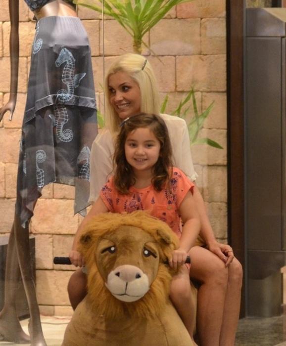 16.nov.2015 - Loiríssima, Flávia Alessandra brinca com a filha em um shopping do Rio