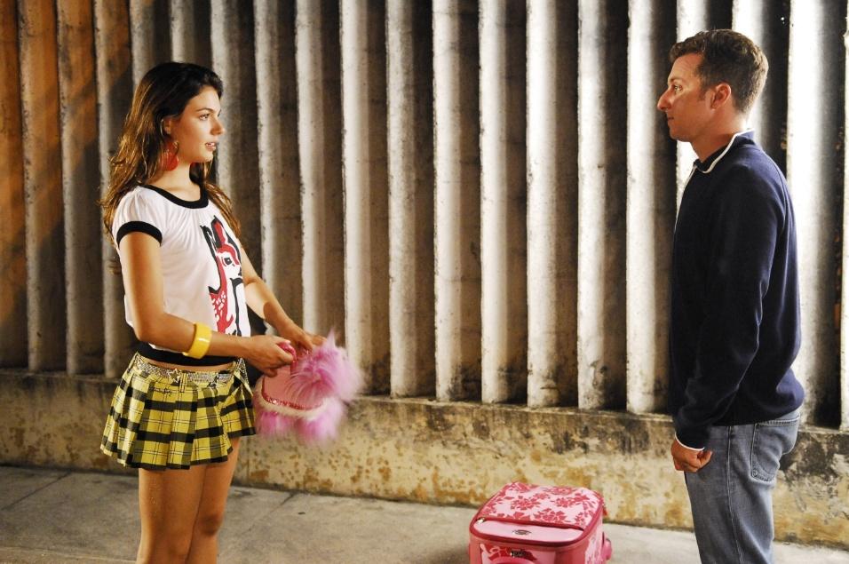 """3.set.2008 - Luciano Huck contracena com Isis Valverde na novela """"Beleza Pura"""". O apresentador fez uma participação especial no papel dele mesmo para agitar ainda mais a vida da personagem Rakelly, vivida pela atriz na trama de Andréa Maltarolli"""