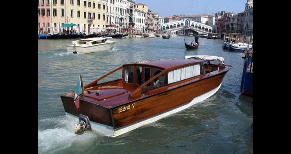 13. E, quando não há rua, mas sim uma hidrovia, o táxi é um barco, como em Veneza, na Itália