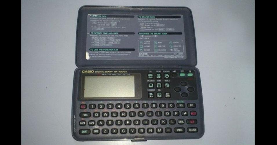 17. Para dar de presente, nada mais elegante e moderno que uma agenda eletrônica com capacidade para 100 números de telefone
