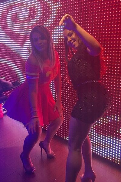 16.nov.2015 - Ao som de funk, Geisy Arruda e Mulher Melão rebolam até o chão em balada mineira, levando o público GLS da casa ao delírio