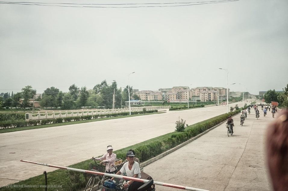 """19. """"Cruzamento ferroviário e alguns blocos de apartamentos"""""""