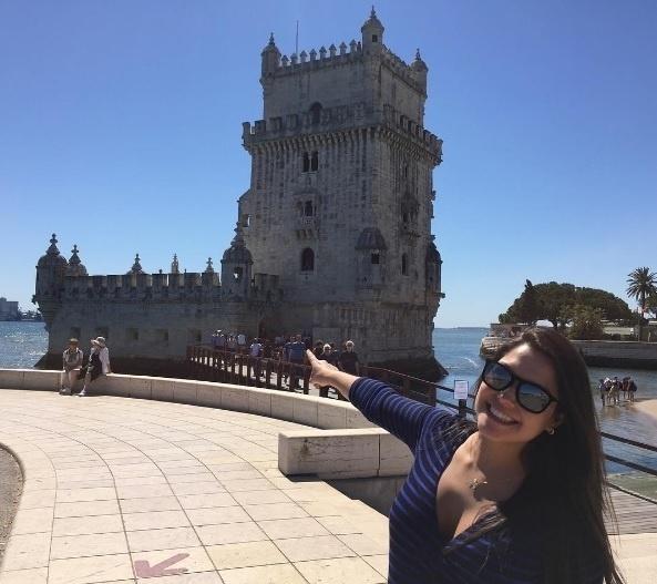 """4.mai.2016 - Thais Fersoza curte Portugal ao lado de Michel Teló. """"Ainda sobre um dia incrível de passeio por Lisboa... Marido arrasou no clique! Sempre achei a torre de Belém uma gracinha!!! E ontem com esse céu azul... Estava demais!!!"""", escreveu Thais no Instagram"""