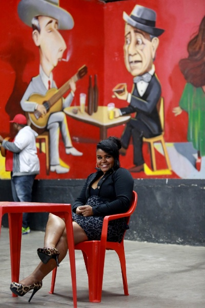 Luciana da Costa foi a primeira pessoa do público a chegar para prestigiar o samba Maria Cursi. A moradora de São Mateus foi ver o marido, o violonista Julio, tocar de pertinho, além de caprichar nos passos pelo salão. Luciana conheceu o músico na roda de samba e eles estão casados há 6 anos
