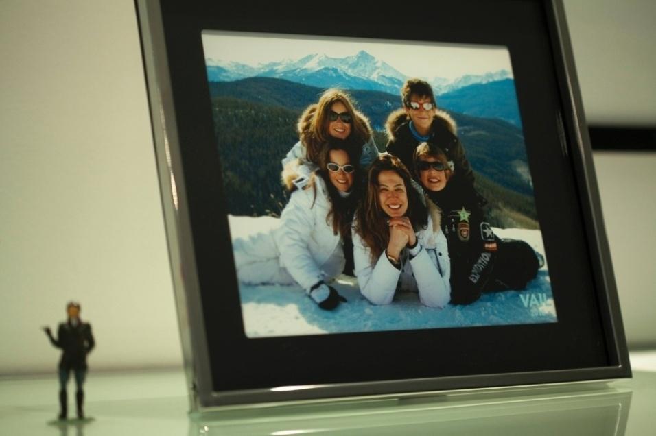 """6.abr.2011 - No porta retrato na sala de Marcelo de Carvalho, uma foto de Luciana Gimenez e """"as crianças"""", durante as férias da família em 2008"""