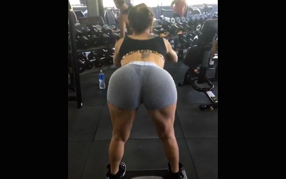 """4.jan.2016 - No Instagram, Thalita Zampirolli anunciou que iria colocar """"as pernas para pedir socorro"""" no treino na academia. No vídeo, a gata aparece se inclinando para frente, exigindo bastante da musculatura das pernas e, principalmente, do bumbum. Enquanto muitos seguidores elogiavam a musa, chamando ela de """"espetáculo"""" e """"deusa grega"""", teve gente que não gostou. """"Precisa mostrar a bunda assim para ensinar como treina?"""", questionou um rapaz"""