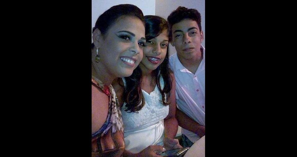 Paula Sampaio Coutinho, de Feira de Santana (BA), com fos filhos Suane e Thiago