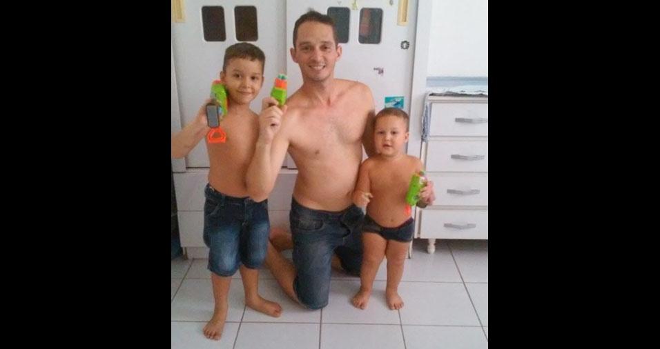 O papai Marcelo com os filhos Ismael, de cinco anos, e Danilo, de dois anos, de Maracanaú (CE)