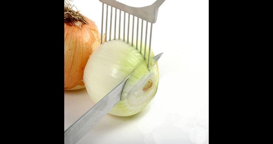 32. Nada de cheiro de cebola nas mãos com este suporte para fatiar cebola que também determina o tamanho das fatias