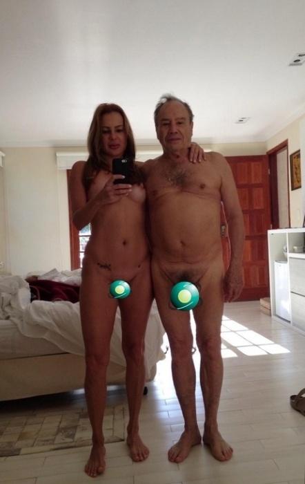 """30.set.2015 - Duas """"nudes"""" do ator Stênio Garcia, de 83 anos, ao lado de sua esposa Marilene Saade, de 47 anos, caíram na  web durante a madrugada desta quarta-feira. Nas imagens, os dois aparecem completamente nus e deixam as partes íntimas à mostra em selfies tiradas pela mulher. Stênio confirmou a veracidade da foto e falou sobre o tema para a revista Quem. """"A gente brinca mesmo como todo casal saudável e não tenho problemas com isso. Estava com a minha mulher e não com a mulher de outra pessoa. Que problema tem isso? Não tenho celular há três anos. O problema foi que a Marilene registrou. Não tenho vergonha da nudez. Já fiquei nu várias vezes na TV e no teatro. O problema é que agora invadiram a minha privacidade. Isso é terrível!"""", afirmou."""