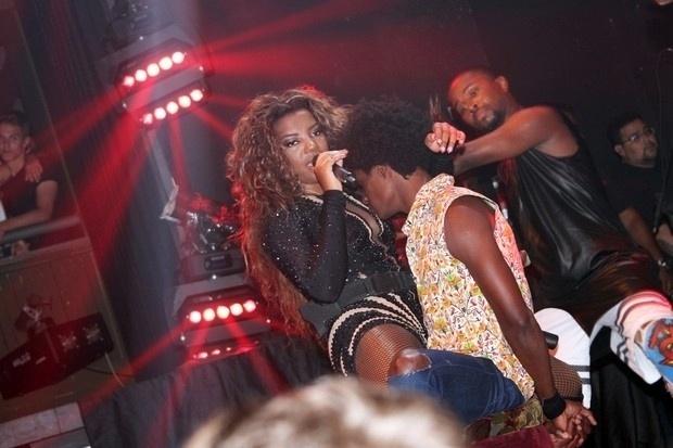 29.dez.2015 - Ludmilla sensualiza com fã em palco no Rio de Janeiro