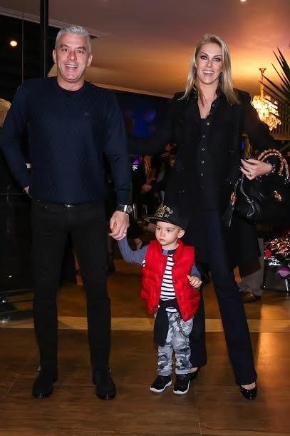18.jun.2016 - A apresentador Ana Hickmann marcou presença no festejo de aniversário das filhas de Rodrigo Faro com o marido, Alexandre Correa, e o filhote, Alexandre Jr.