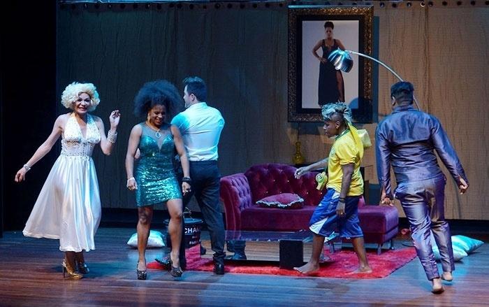"""9.set.2016 - Janaína está em cartaz na peça """"Procura-se uma Virgem"""""""