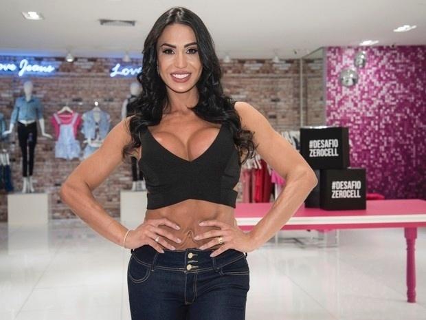 17.out.2016 - A musa fintness Gracyanne Barbosa foi fotografada em um ângulo estranho em um evento de moda em São Paulo. No clique, a mulher de Belo aparece com a abdômen repuxado