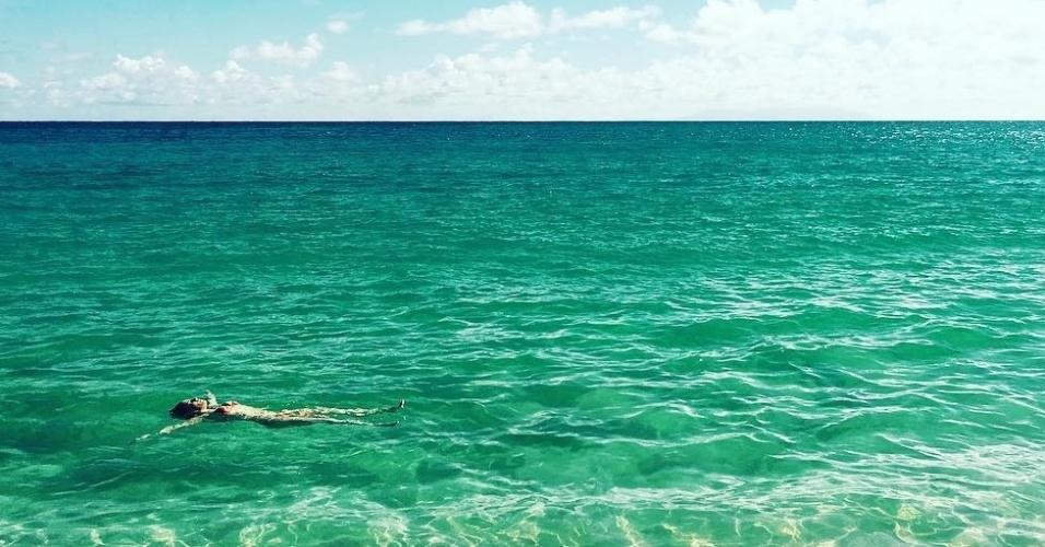 8.dez.2016 - A atriz Fernanda Vasconcellos viajou para a ilha de St. Barth, no Caribe, acompanhada do namorado, o ator Cassio Reis, com quem contracenou em uma peça que rodou o Brasil