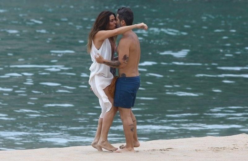 """6.mar.2017 - Giovanna Antonelli e Bruno Gagliasso se beijam durante gravações da novela """"Sol Nascente"""", no Rio de Janeiro"""