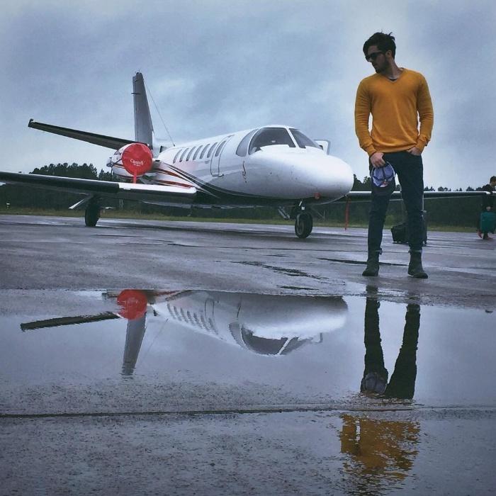 """10.abr.2017 - Em entrevista ao jornal """"Extra"""", Luan Santana revelou que vendeu sua Ferrari e seu Porsche, mas não o jatinho. """"Jatinho não é luxo"""", declarou o cantor, que usa a aeronave nos deslocamentos para os shows em diferentes regiões do Brasil"""