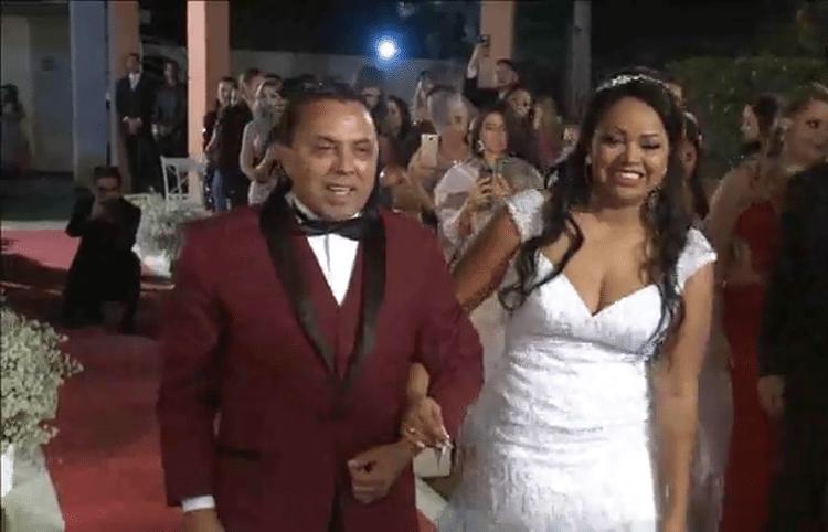 25.mai.2017 - Cerimônia de casamento de Elis teve até transmissão pelo Facebook