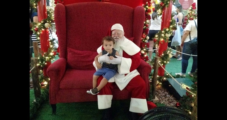 Renata enviou foto do filho Augusto com o Papai Noel, de São Vicente (SP)