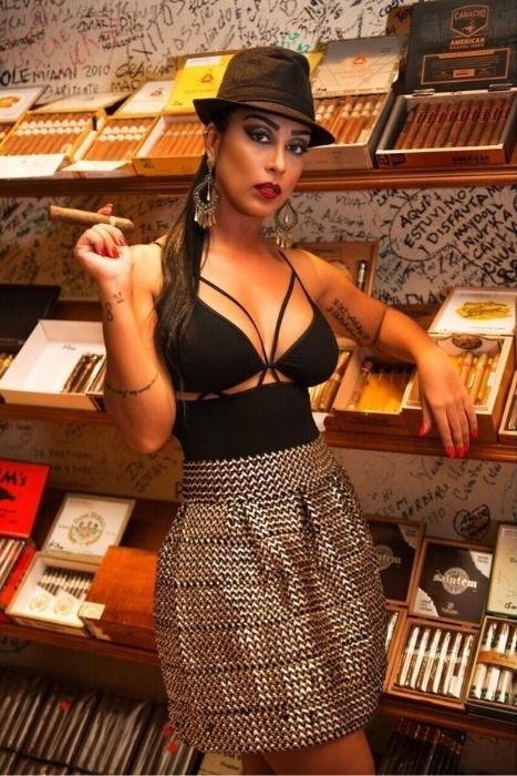 25.jun.2015 - A beldade se vestiu até de uma cubana sexy