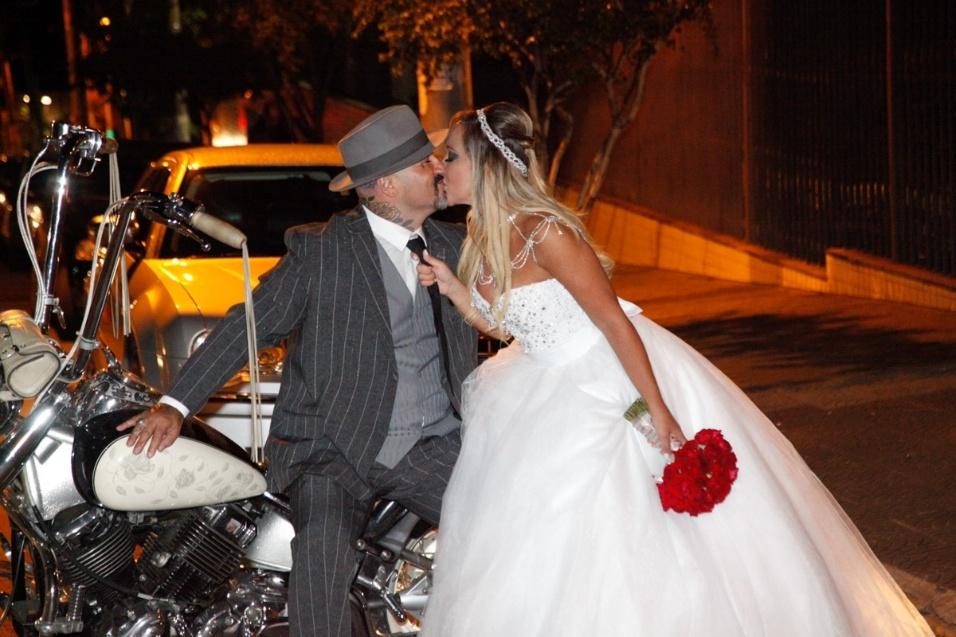 17.jan.2016 - Após sete meses de namoro Fabiano dos Santos e Vivi Fernandez se casaram neste domingo, em São Paulo. O casal se conheceu quando a ex-atriz pornô foi fazer uma tatuagem no estúdio de Fabiano