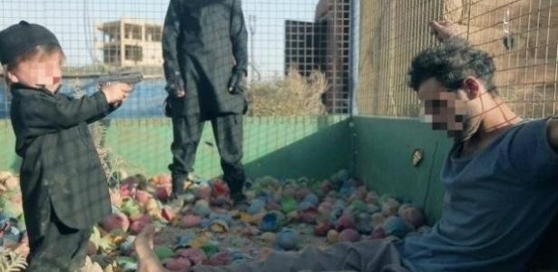 Grupo terrorista já tinha um vídeo em que criança aparece atirando contra prisioneiro - Reprodução