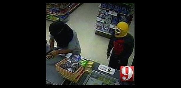 """Jul.2011 - Aqui o ladrão não fracassou em sua """"missão"""", mas um detalhe do crime chamou a atenção. Ele estava vestido de Bob Esponja. O criminoso agiu em uma loja de conveniência em Orlando, nos EUA. Que mau exemplo!"""