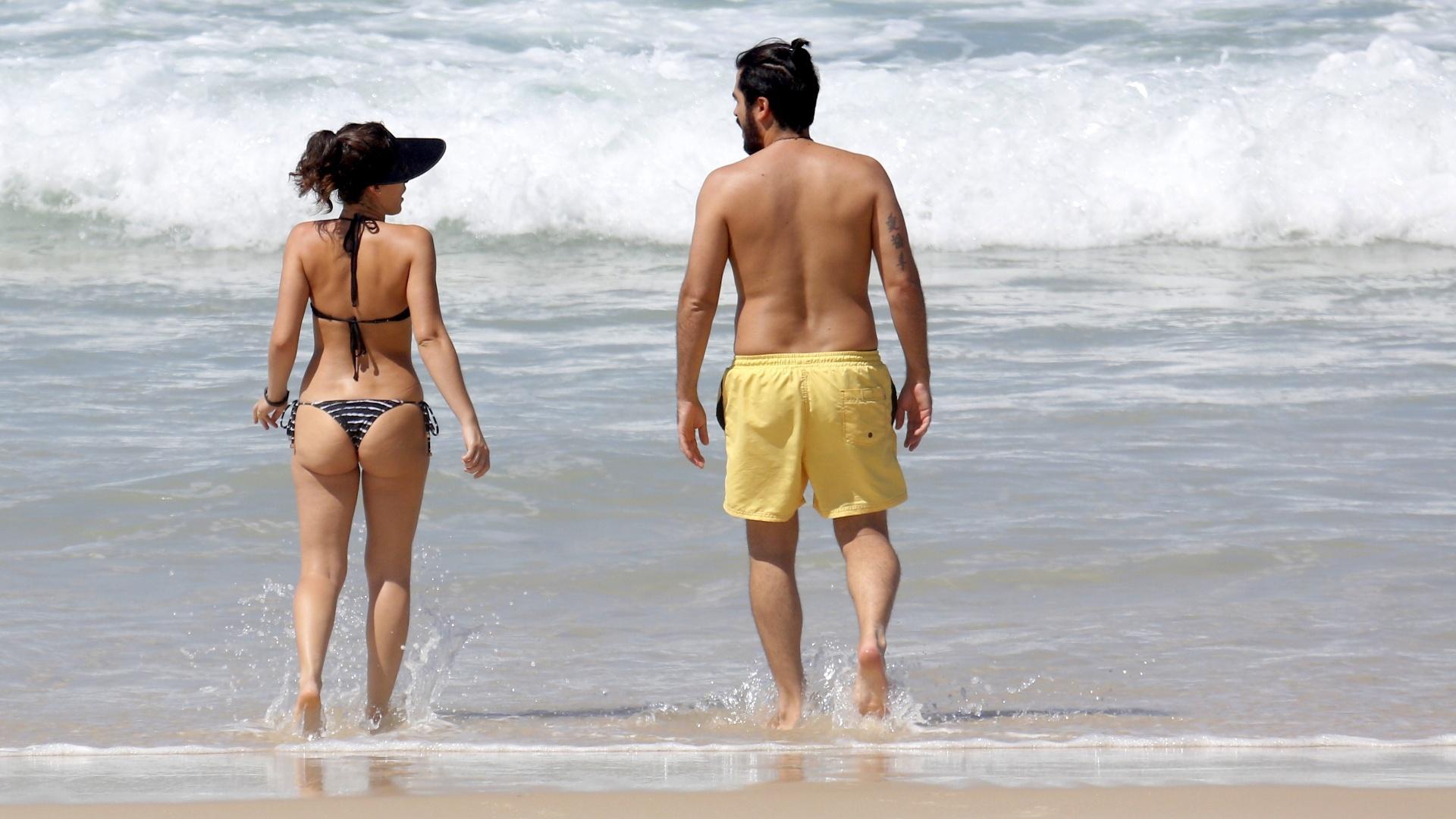 17.mar.2017 - Bianca Bin e o marido Pedro Brandão foram fotografados na praia da Barra da Tijuca, no Rio de Janeiro