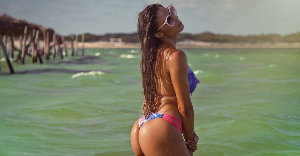 31.mar.2017 - A modelo Carol Saraiva foi a estrela de um ensaio de moda praia em Florianópolis (SC) e mostrou porque se autointitula a