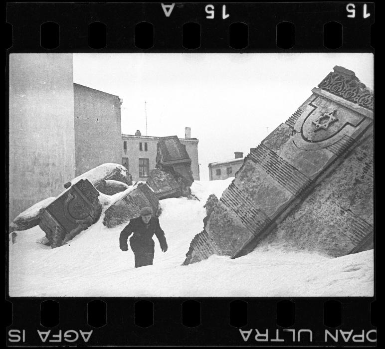 1940 - Homem caminha em meio às ruínas da sinagoga da rua Wolborska