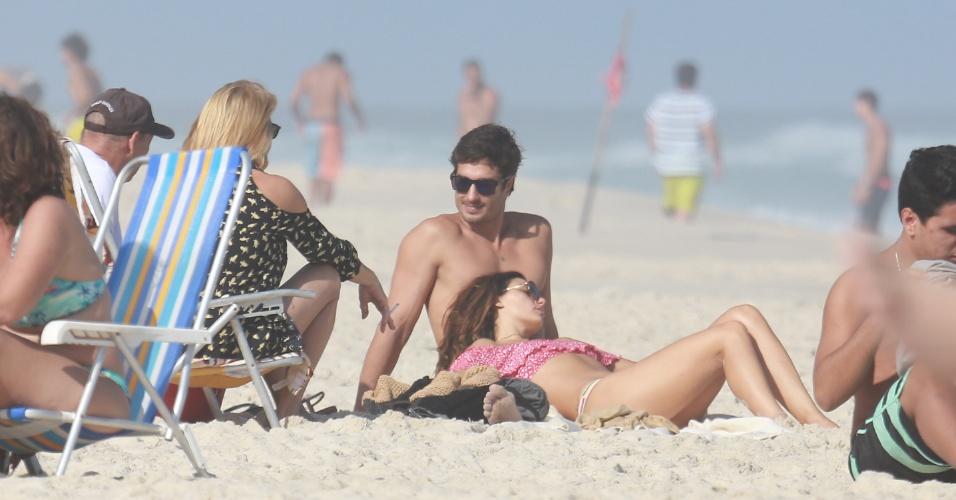 03.jun.2017 - Isis estava acompanhada dos pais e do namorado, o modelo André Resende