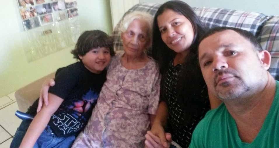 Sheila, de Magé (RJ), com o marido Alex, o filho Álex,  e a avó e bisa Maria