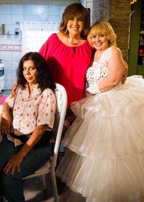 """17.out.2014 - Fumaça (Maria Gladys), Jesuína (Claudia Jimenez) e Rosimere (Débora Duarte), vestida de noiva, em cena de """"Sexo e as Negas"""""""