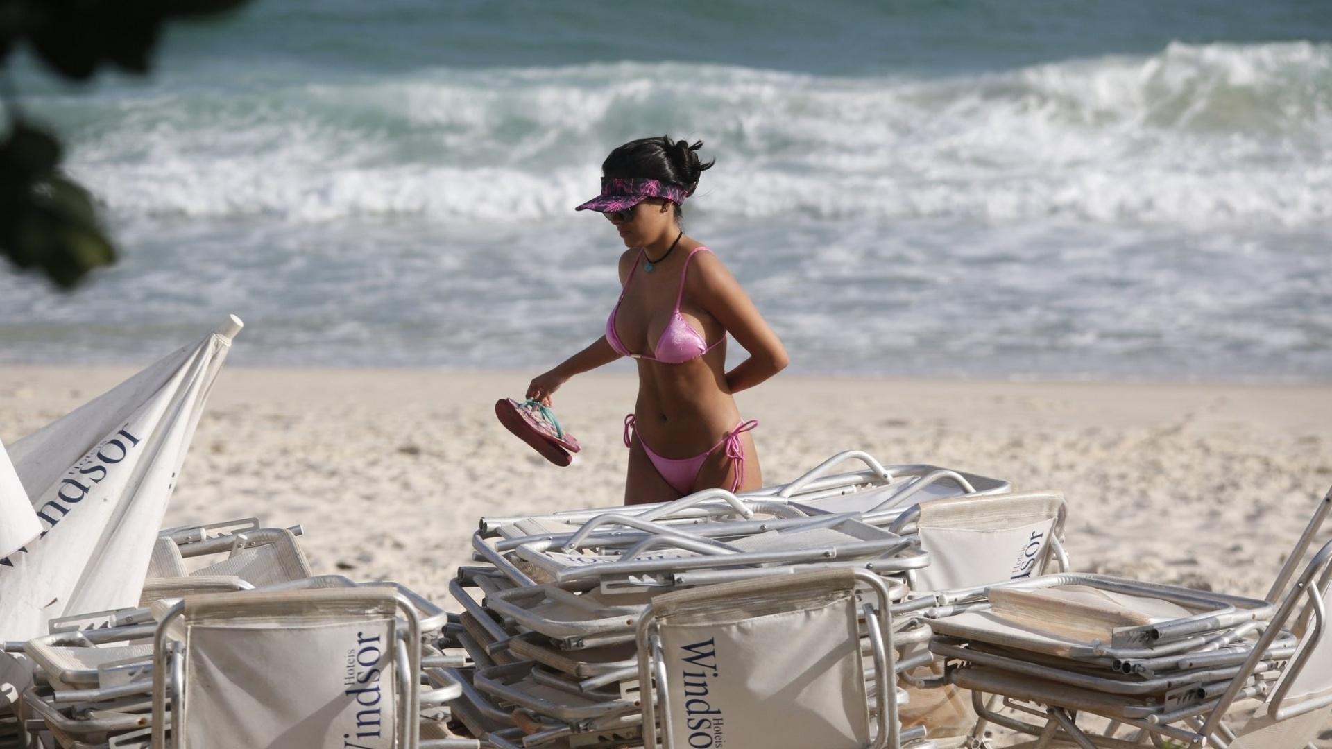 7.nov.2016 - Além das próteses de silicone, Munik fez uma pequena lipoaspiração sob as axilas, resultado pode ser visto durante passeio da ex-BBB pela zona oeste do Rio de Janeiro