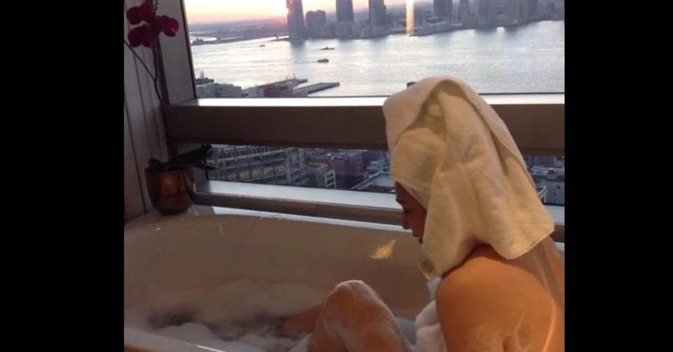 12.dez.2016 - Sonia Abrão ostentou em suas redes sociais muito luxo durante sua viagem a Nova York. Em clima descontraído, a jornalista postou uma sequência de fotos em que aparece nua durante um banho de banheira. Na imagem, é possível ver uma bela vista ao fundo