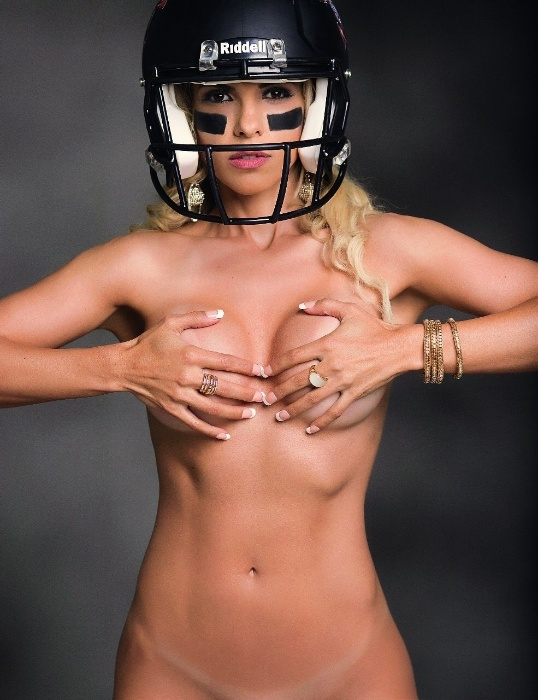 3.jul.2017 - Fernanda Martinelli posa de topless para a revista Sexy