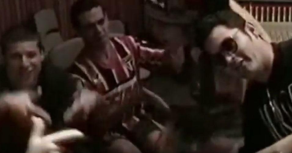 Após assinarem o contrato com a EMI, no dia 15 de maio de 1995, e com apenas três músicas no repertório, os Mamonas Assassinas tiveram que criar mais seis ou sete músicas, já que prensariam o disco em Los Angeles, nos EUA, no fim daquele mês. Em menos de 20 dias, o grupo terminou o disco e partiu para sua primeira viagem internacional, para os estúdios da Enterprises. Na imagem, Dinho, Samuel e Júlio aparecem bagunçando no estúdio californiano