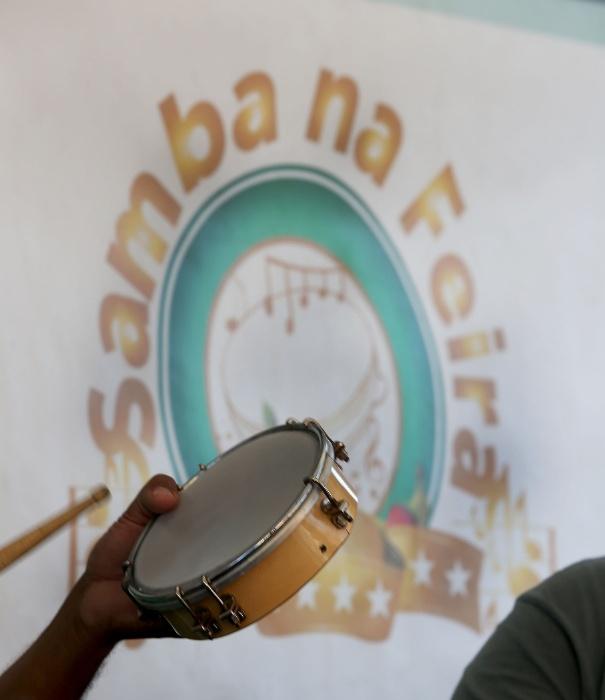 20.mai.2016 - Samba na feira. Muito gingado e ziriguidum compõem o Samba na Feira, na zona norte de São Paulo. Com os instrumentos de percussão na mão, músicos dão o tom à festa, que acontece na xepa da feira.