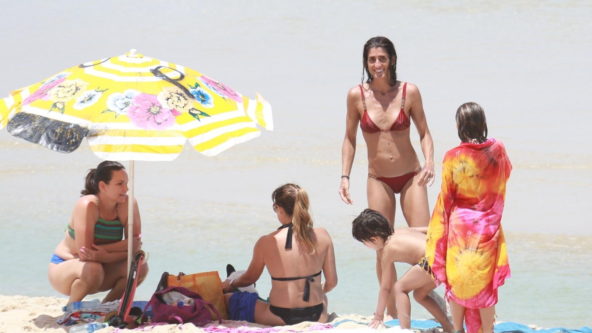 15.out.2016 - A apresentadora Cynthia Howlett foi vista na praia de São Conrado, no Rio de Janeiro, aproveitando o mar ao lado dos filhos Manuela e Rodrigo, frutos do casamento com Eduardo Moscovis, de quem se separou em julho