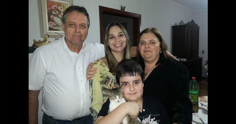 """Tati enviou foto do """"paizão"""" Marcos com os filhos Tatiane e  Marcos Gabriel e a esposa Angela. """"Feliz Dia dos Pais ao melhor pai do mundo!"""". A família é de Espírito Santo do Pinhal (SP)"""