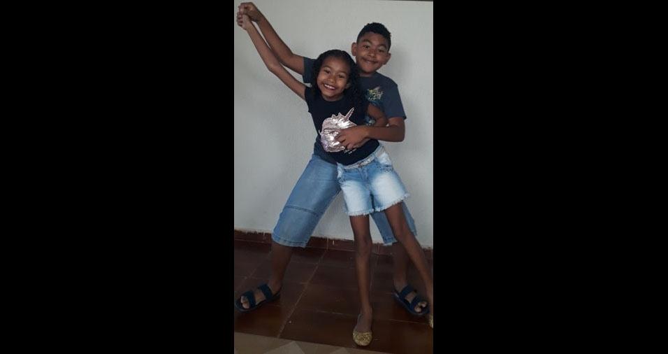A mãe Leila enviou foto dos filhos Fernando e Janaina, fazendo a maior bagunça
