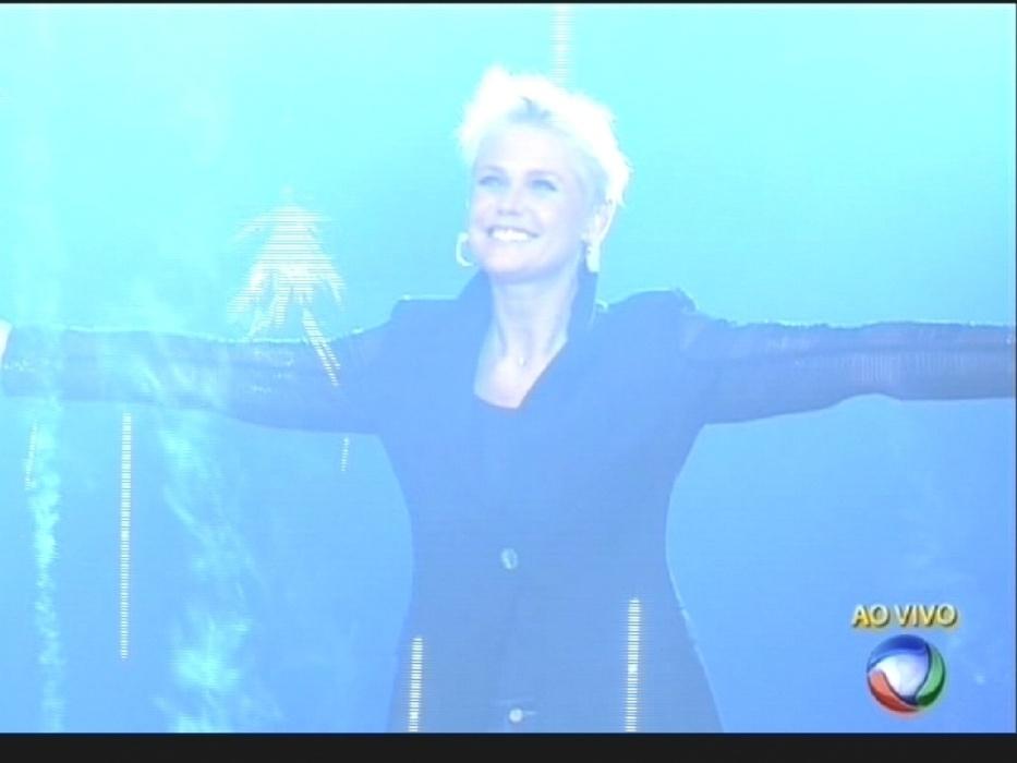 """17.ago.2015 - Xuxa faz sua estreia no comando do """"Programa Xuxa Meneghel"""", na Record"""