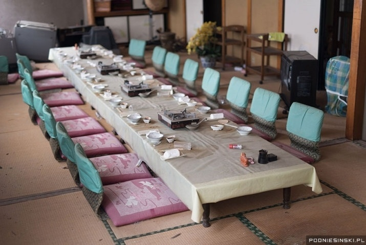 13.out.2015 - Na imagem, uma mesa de jantar incrivelmente intacta com cadeiras,  tigelas e colheres