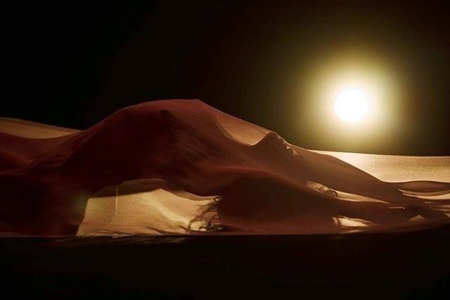 """30.mar.2016 - Após ter emplacado a música """"Work"""", Rihanna prepara o lançam30.mar.2016 - Após ter emplacado a música """"Work"""", Rihanna prepara o lançamento do clipe da nova Kiss It Better. Imagens que vazaram na web mostram que a bela aparece nua ento do clipe da nova Kiss It Better. Imagens que vazaram na web mostram que a bela aparece nua"""